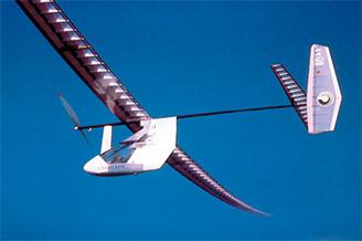 人力飛行機で海上飛行距離72マイルの記録達成
